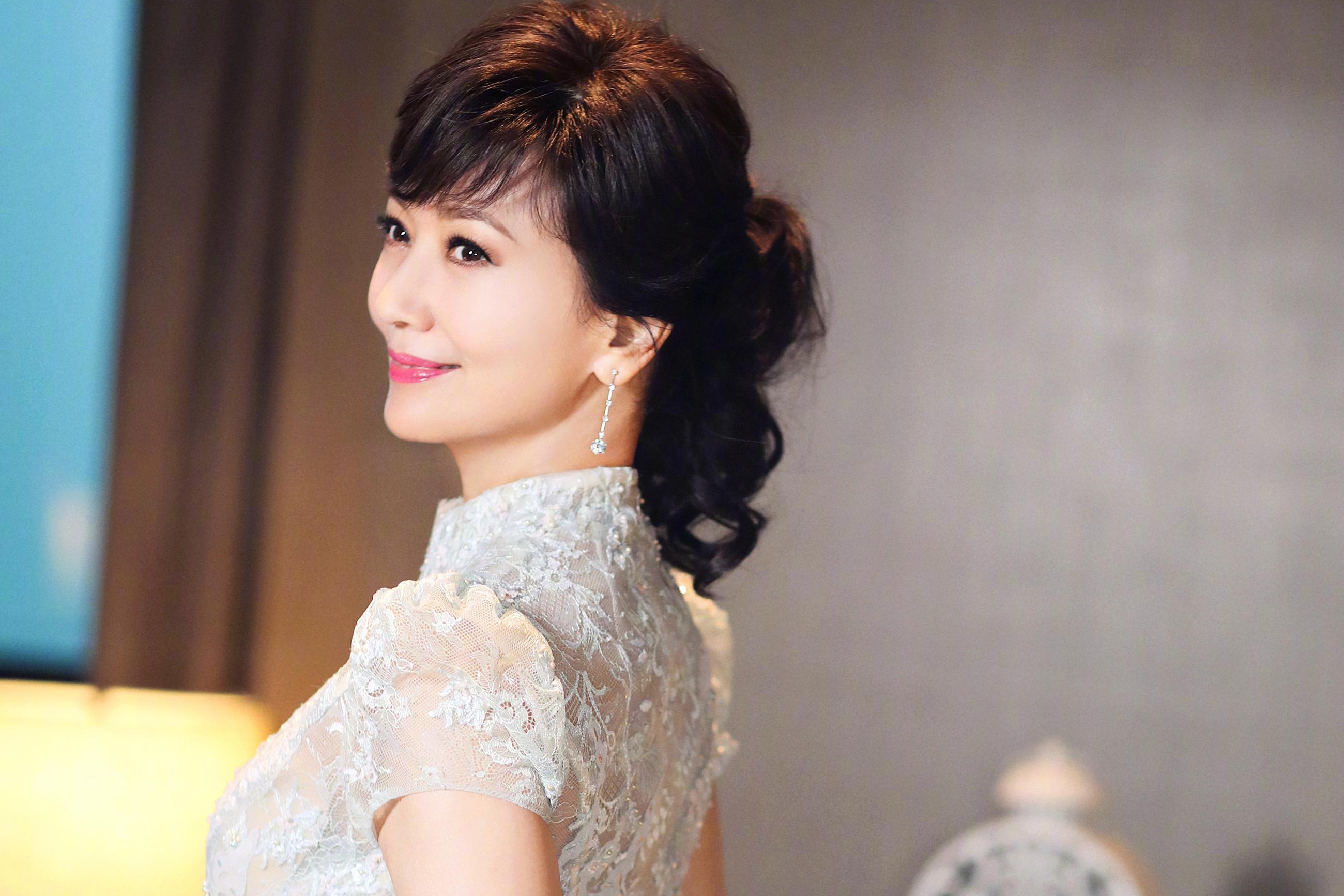 64岁赵雅芝新写真曝出,长发纱裙居然宛如20岁少女