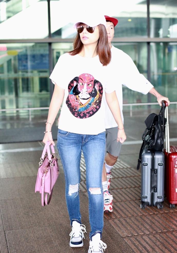 时尚 正文  林心如现身机场,身穿粉色毛衣搭配蓝色牛仔裤,头戴黑色图片