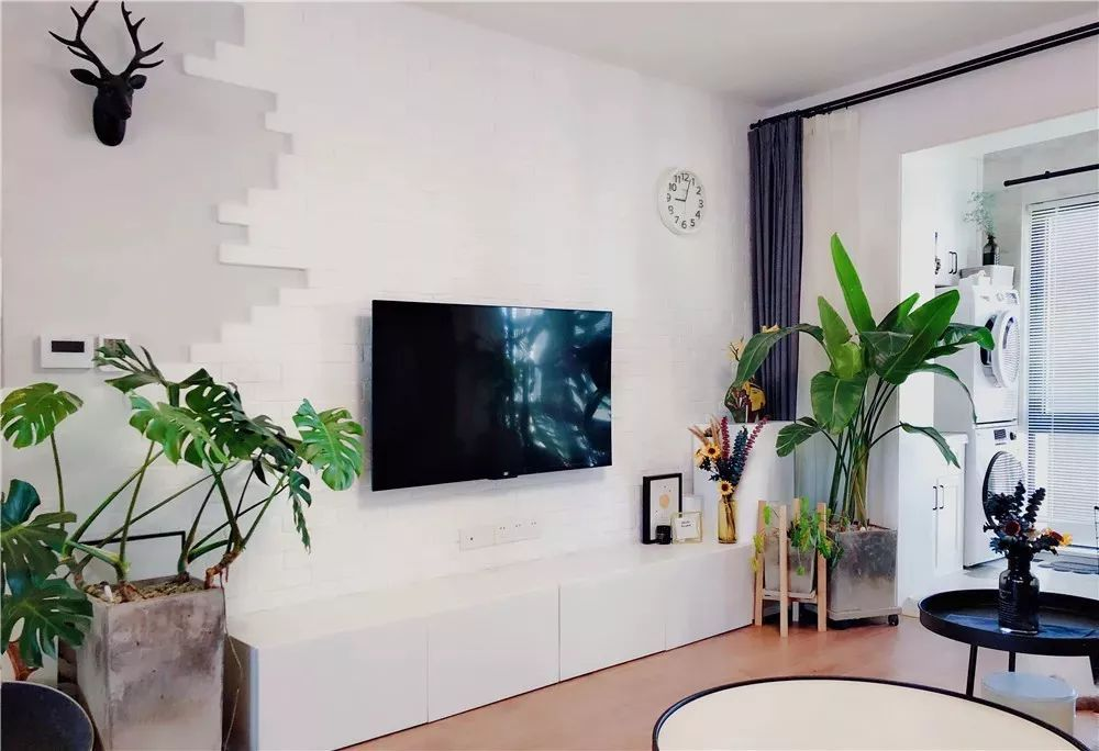 家里撸_电视墙铺贴白色文化砖,迎合了家里的北欧风格.