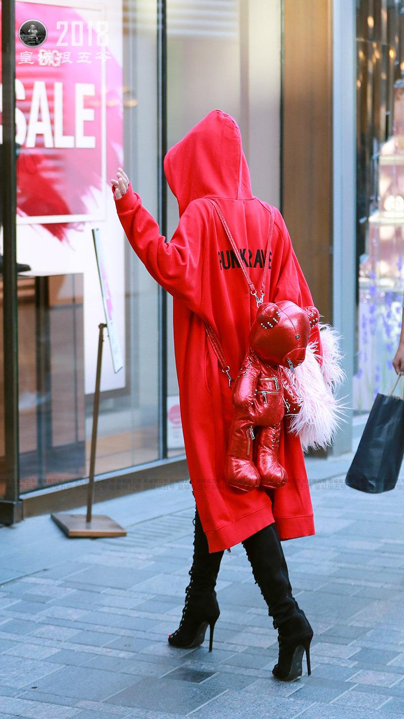 街拍:时髦美女们的穿搭,时而性感时而妖媚