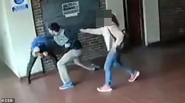 """15岁女儿在学校遭猥亵 父亲15秒出22拳将对方打成""""猪头"""""""