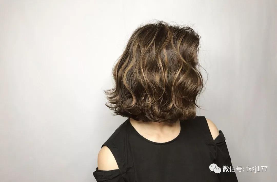 不少妹子不知道齐脖发烫什么发型好看,其实烫个螺旋状卷发就很不错图片