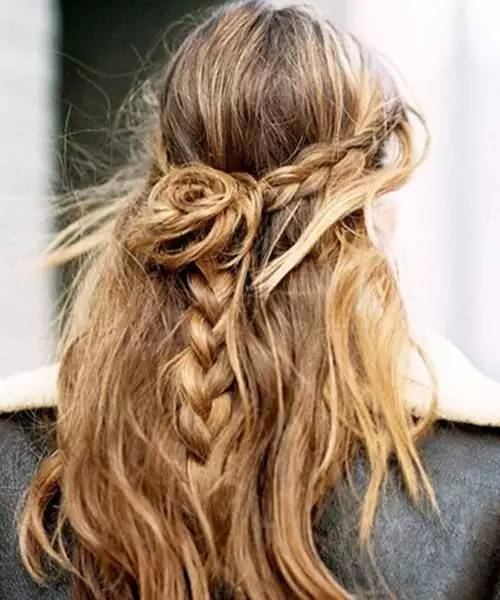 一款编发公主头发型,编发组成花朵形状,甜美吸睛,搭配半扎公主头超显