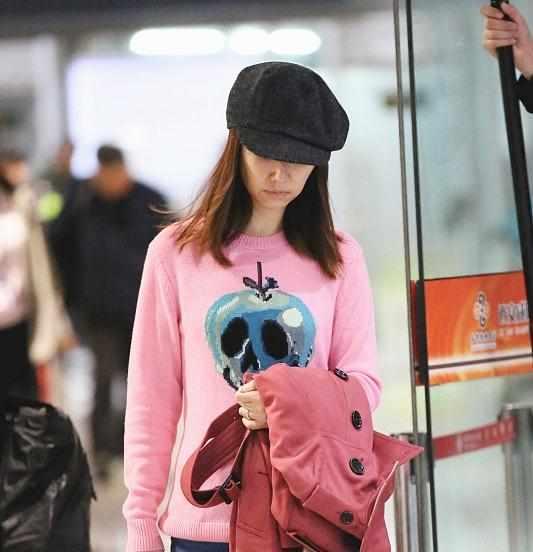 """42岁林心如不低调!穿粉色毛衣秒变""""少女"""",配破洞牛仔裤更时髦图片"""