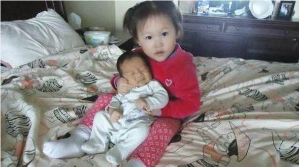 5歲女孩整天都說床上有個老太太太,媽媽知道原因後,抱著孩子哭泣
