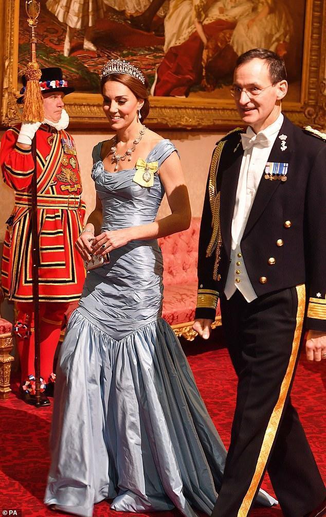 荷兰王后访英一袭星空裙气质惊人,赢卡米拉不说,凯特王妃也输了