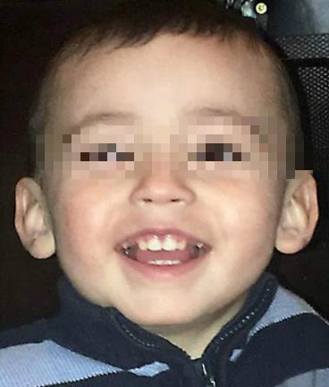 可怜的男孩被生母和她的男朋友折磨致死,尸体被包裹在混凝土里