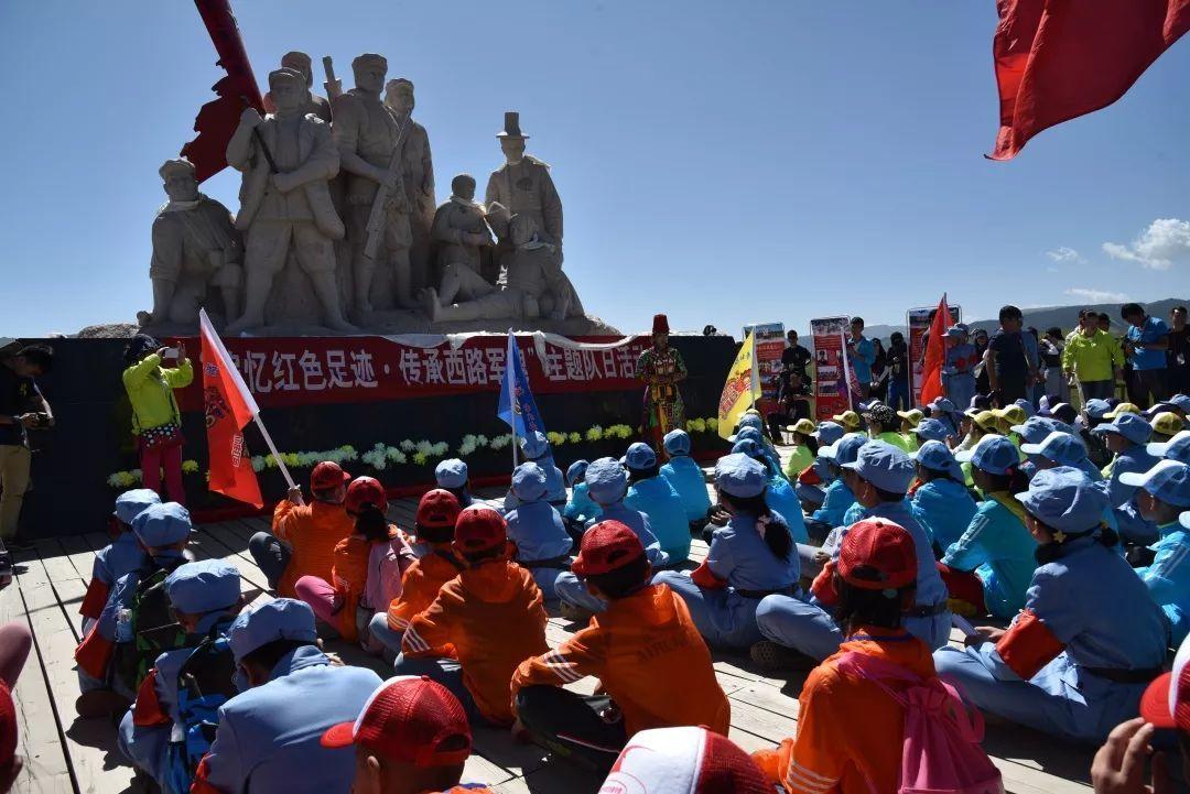 """广泛开展""""我的中国梦""""""""青春喜迎十九大·不忘初心跟党走""""等为主题的演"""