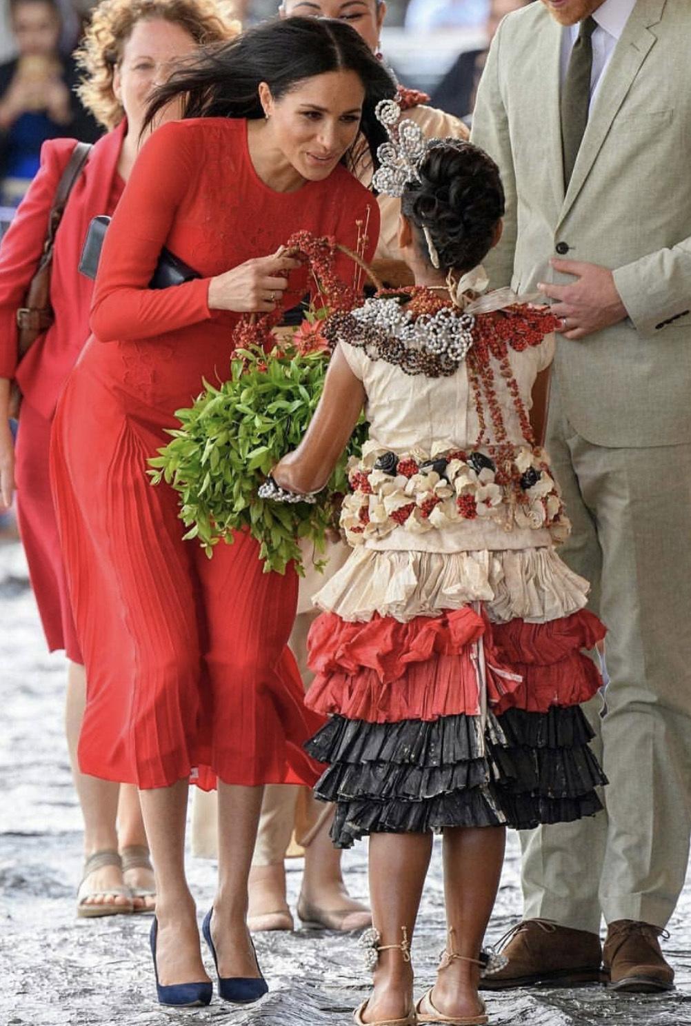梅根越来越高调!嫁入皇室后首次穿正红色,却被没剪的吊牌抢了镜
