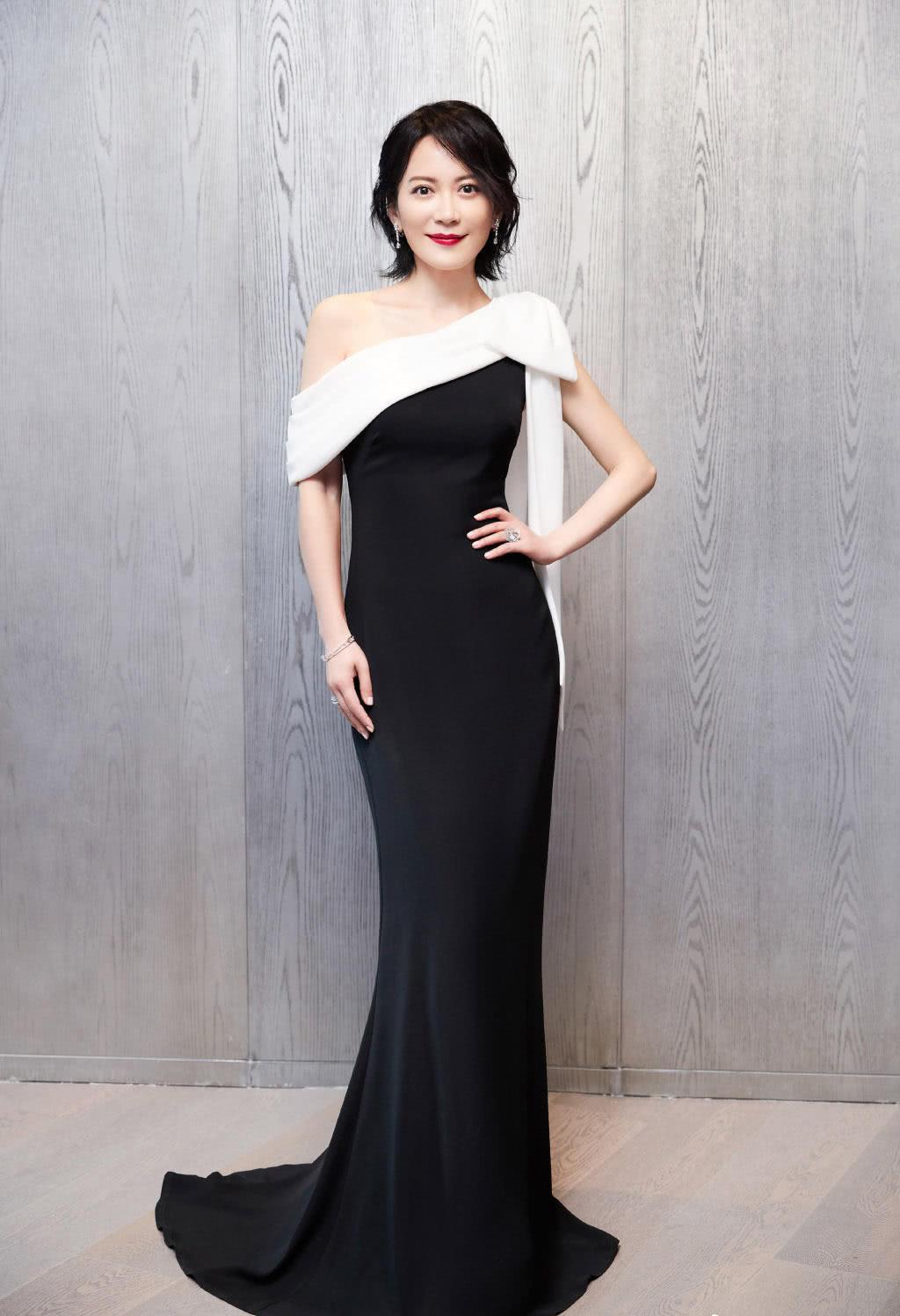俞飞鸿也是厉害,一袭黑色连衣裙让网友都沸腾:奥迪标识挂胸口?