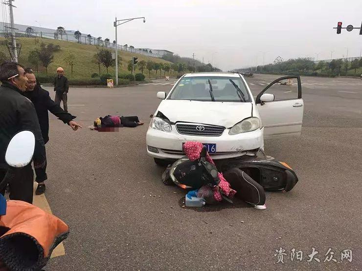 四川现代大道红绿灯路口车祸,电瓶车主流了一地的血