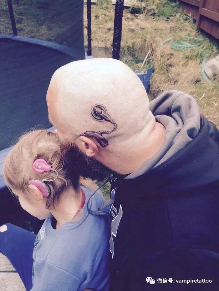 父亲为佩戴人工耳蜗的女儿纹了一样的纹身