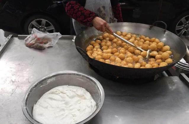 """老奶奶做超大""""冰糖葫芦""""卖,5元一串,1天10大锅不够卖!"""