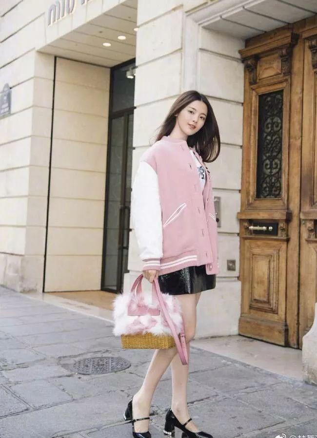 杨超越粉色外套配毛绒包很粉嫩,网友:不穿大妈鞋你还是少女!