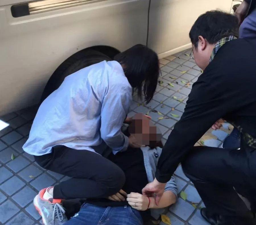 突发 今早三水一女子癫痫昏迷不醒,路遇医生这个举动救了她图片