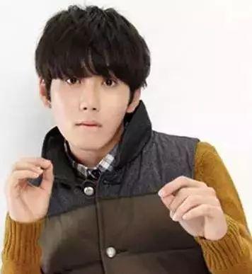 而内扣形式的齐刘海发型设计与微烫形式的短发造型,最显男生的呆萌图片