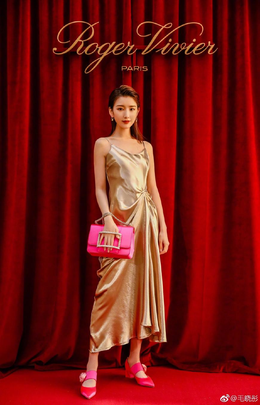 毛晓彤身穿黄色吊带连衣裙减龄10岁不止,时髦又大气,锁骨真吸睛