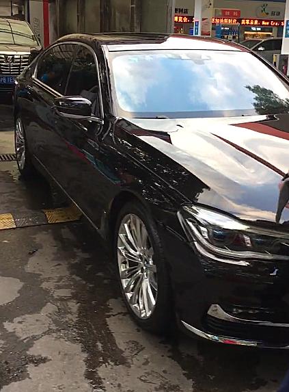 上海一辆百万宝马7系现洗车店,车牌4个9,侧面一标识很霸气