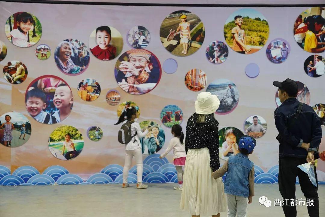 市民在西江流域中小学生粤剧脸谱和服饰创意设计大赛作品展区驻足欣赏图片