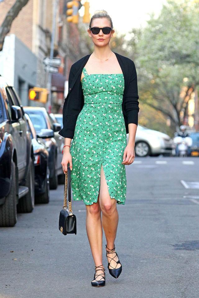 超模卡莉·克劳斯长裙街拍,碎花裙成了亮点,联排纽扣设计很新颖