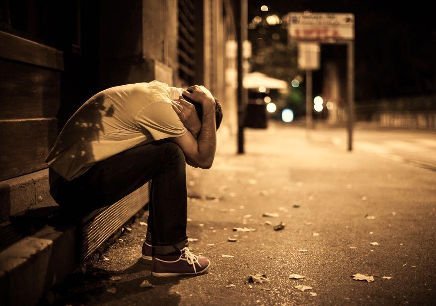 八两白酒喝了三个小时,他凌晨三点跟着女孩进了女厕……