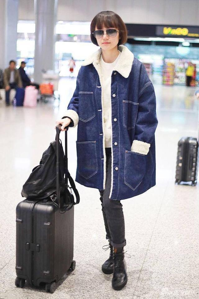 袁泉又穿基础款,配牛仔大衣真减龄,教科书般的气质真是一股清流