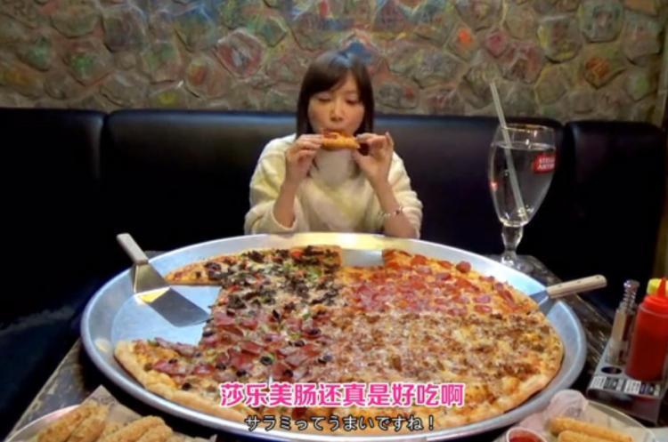 大胃王挑戰82寸披薩,鏡頭拉近後水杯穿幫了,網友:難怪能吃完-雪花新聞