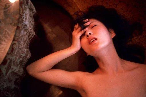 日本裸体照_这个写真集也成为了日本解除裸体写真禁令的契机