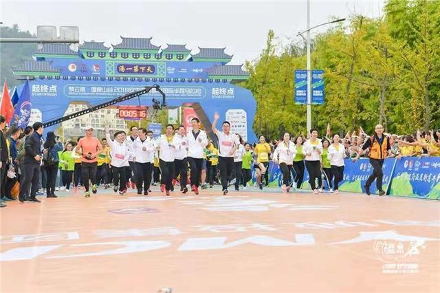 2018安宁温泉高原国际半程马拉松开跑12国跑友领略千年古刹美景