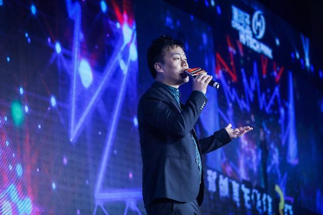 歌手张志林任评委分享成功之道 登台献歌引欢呼