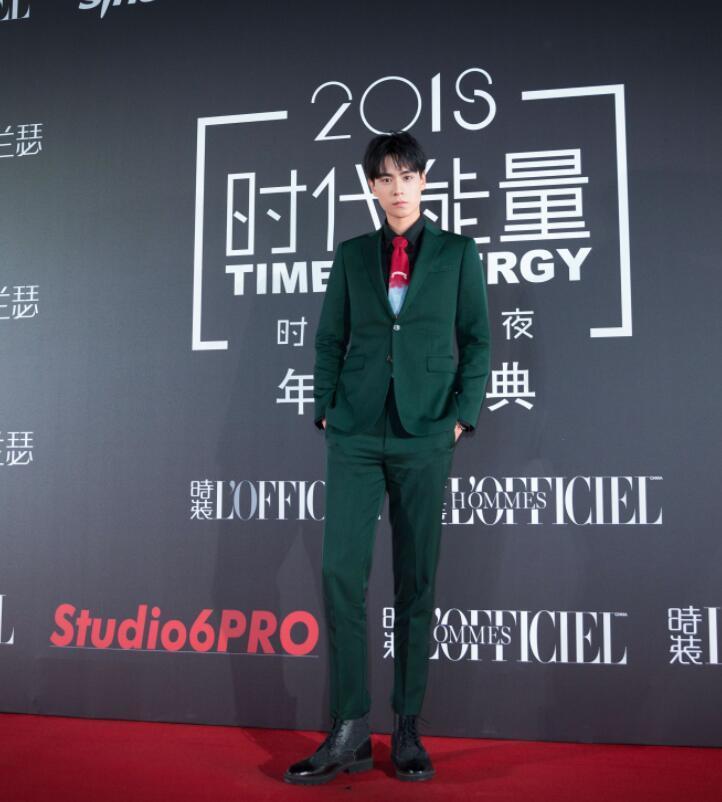 """40岁黄晓明和19岁王俊凯同穿西装,红毯上相互比""""油腻""""?"""