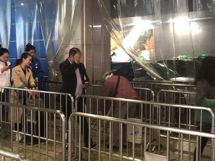 """杭州东站""""乞讨老太""""歇业? 儿子:被关在家里了"""