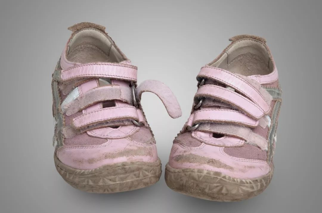 cn 正版图片库 宝宝脚部骨骼发育尚未定型,穿别人穿过的鞋, 特别是图片
