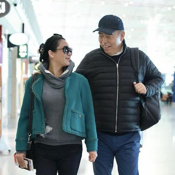 陈红太会搭了,绿色短外套里套卫衣,比年轻时候穿的时髦!