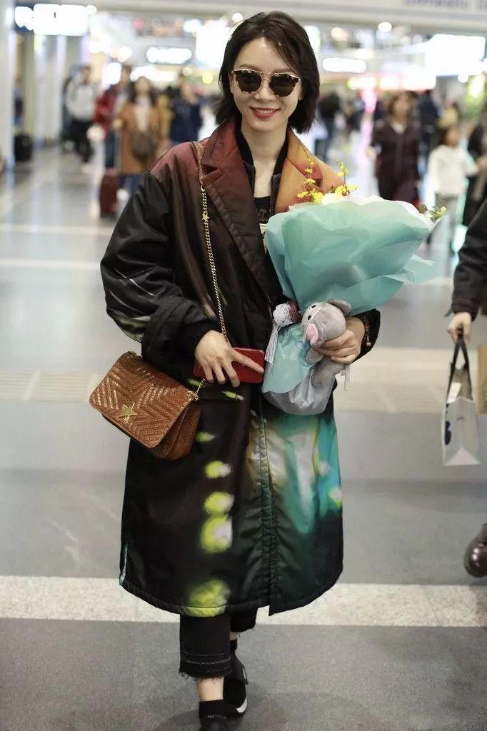 陈数在机场穿了件染色的棉服,亮的像是一道光!