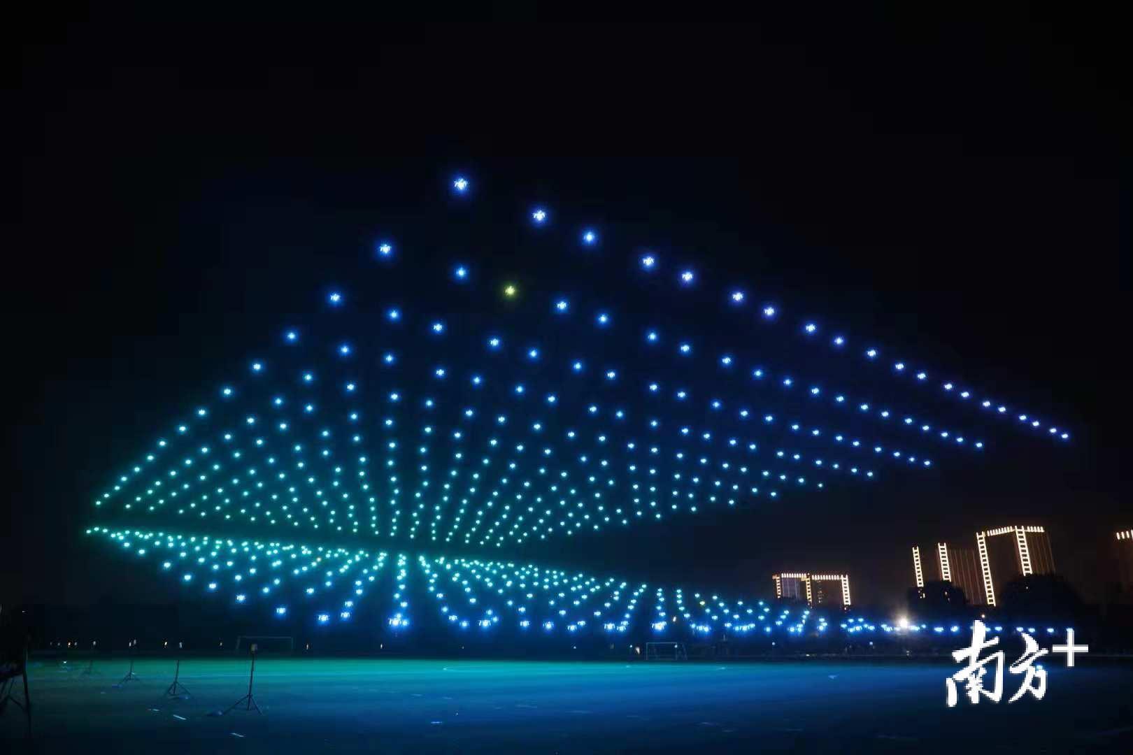 精彩!央视春晚班底操刀,600架无人机演绎奇幻灯光秀图片