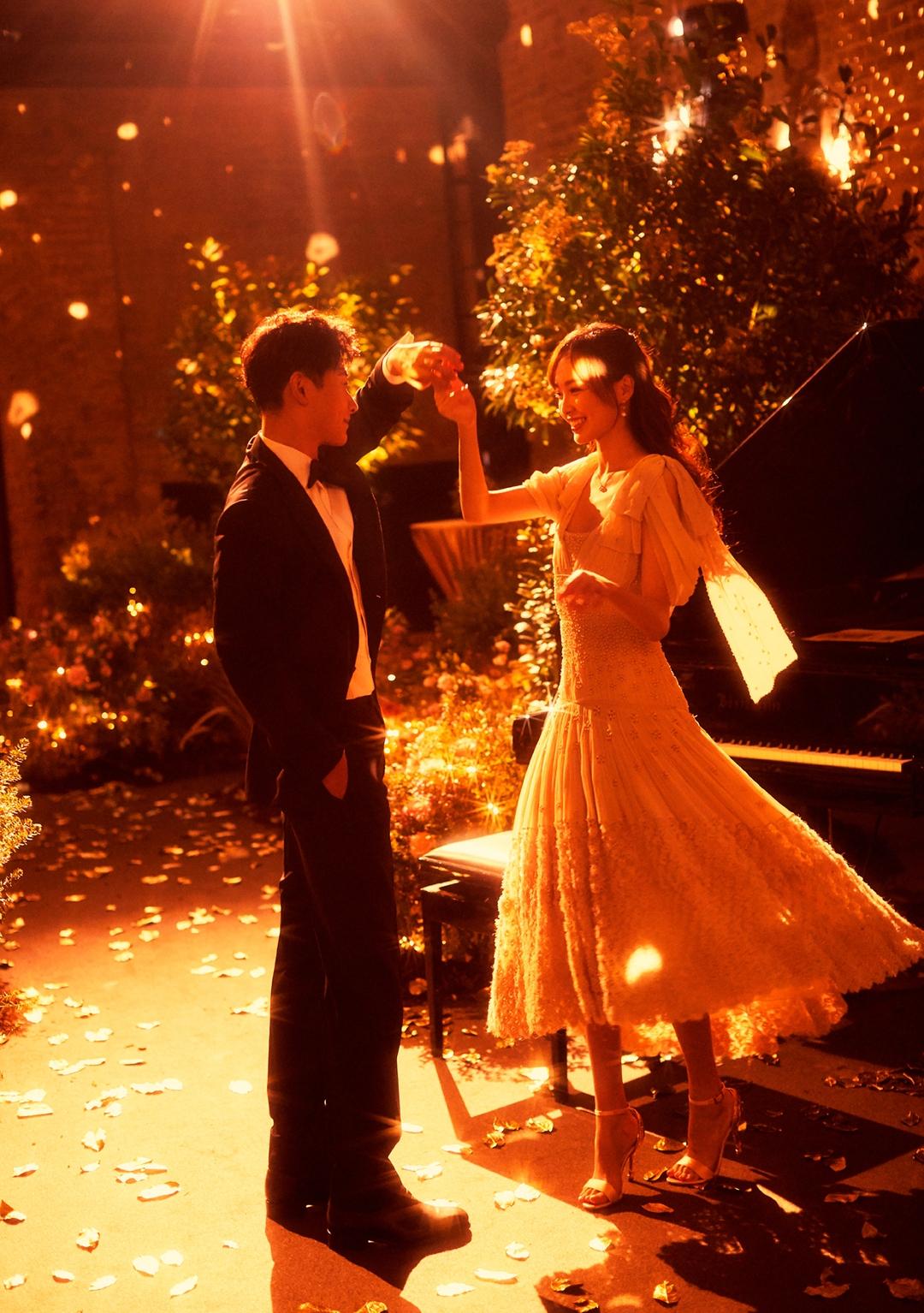 罗晋带伴郎团接新娘唐嫣,现场氛围热闹,两人互相深情表白太暖了