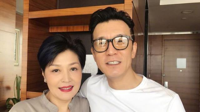 """"""" 李咏生前曾在节目中谈起自己和哈文的爱情,老婆是自己的领导长官,还图片"""