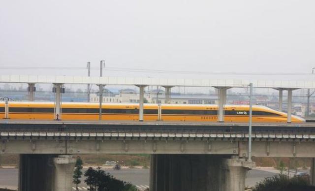 常看到黄色高铁列车,但为何却没人搭过?网友:有钱你也坐不了!