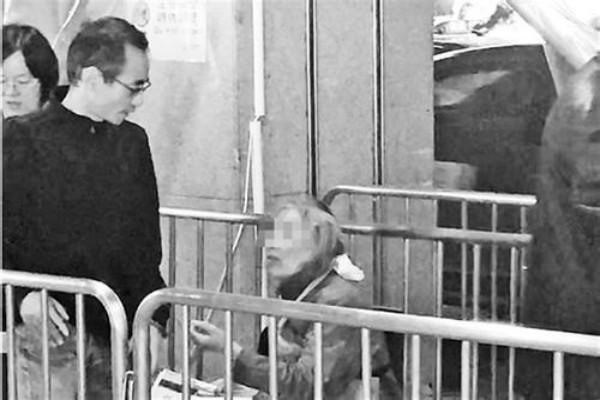 79歲老人火車站乞討,其實家境殷實有房有廠,兒子表示臉都丟盡了