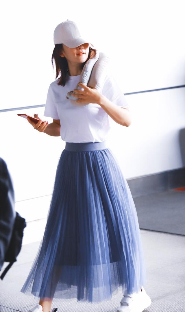 謝娜熱巴同穿藍色半身裙,年齡差11歲,生過孩子的反而更少女