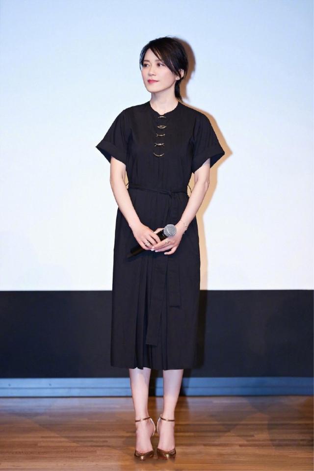 俞飞鸿就有这种本事,简单黑白色穿出高级感,别人模仿不来的气质