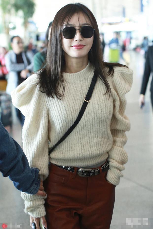 快40岁的秦岚越来越美了,穿毛衣配皮裤现身,未修图下也美到惊艳