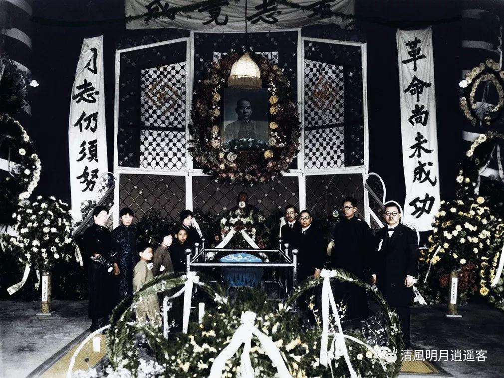 墓地时马坤(左一),何香凝(左四),宋庆龄(左六),倪桂珍(左七),宋美龄