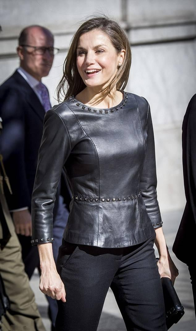 西班牙王后又穿小皮衣,这次换条裤装,反而更优雅更有气场了