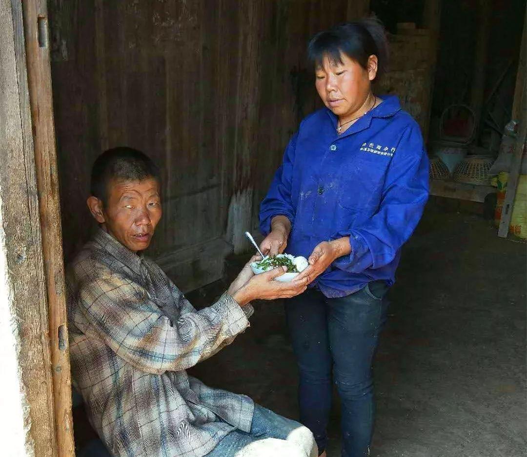 【昌南正能量】她命运坎坷,带着弟弟出嫁22年不离不弃