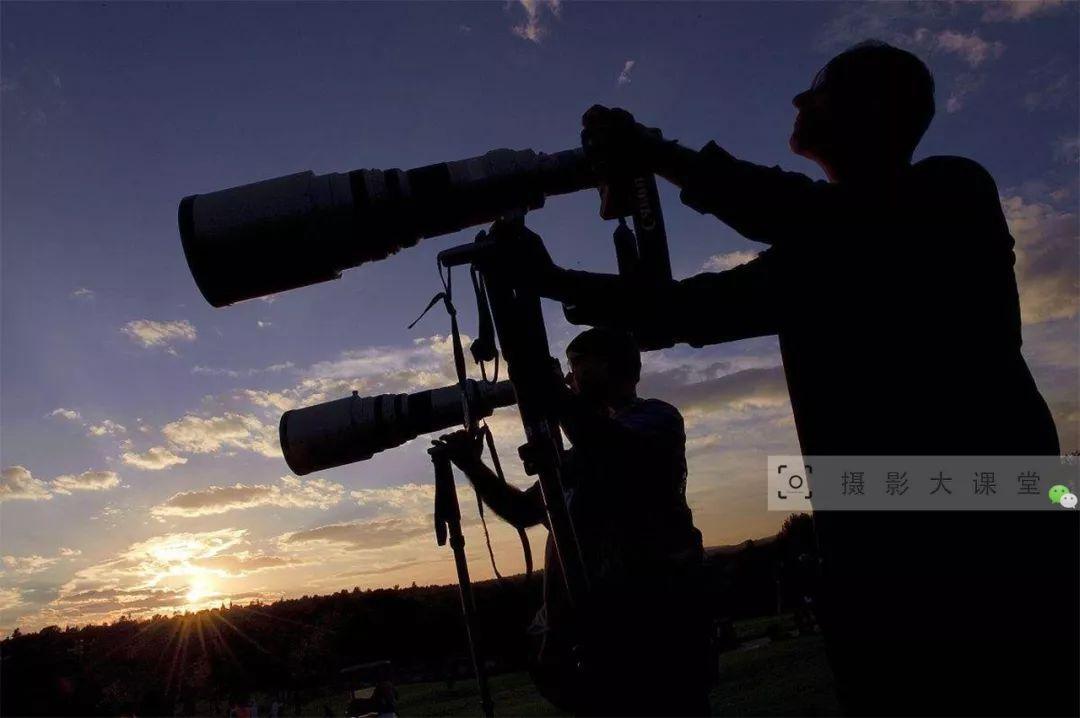 """央视摄影师,都是什么来路?""""长枪大炮""""随身带,工资待遇惊人!"""