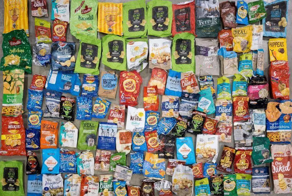 他把所有的包装按类别分开,比如像这些口香糖包装,各种零食袋,糖果纸图片