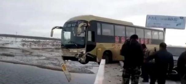 交通事故!哈尔滨一罐车坠江失控冲破桥体护栏 伤者头部受轻伤