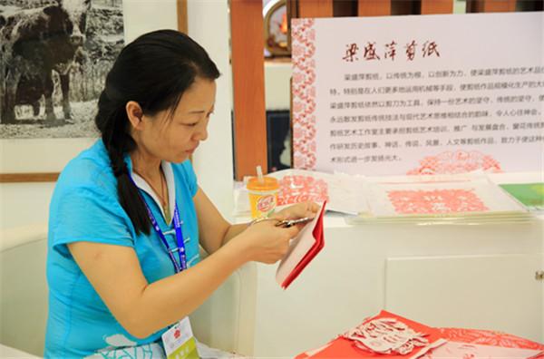 访中国民间剪纸艺术家梁盛萍--用一双巧手剪出幸福花